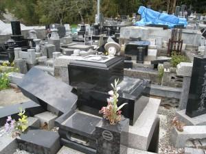 地震で倒壊した墓
